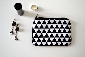 porte-monnaie-tissu-triangles-noir-et-blanc-quelque-chose-dans-l-r-1