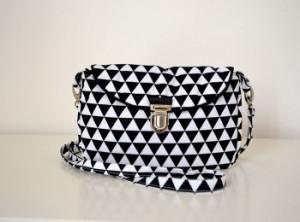 sac-a-main-emilie-retro-tissu-graphique-triangles-noirs-blancs-retro-quelque-chose-dans-l-r-350x260